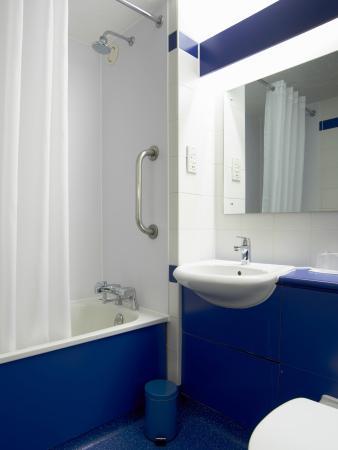 Travelodge Newport Isle of Wight : Bathroom with Bath