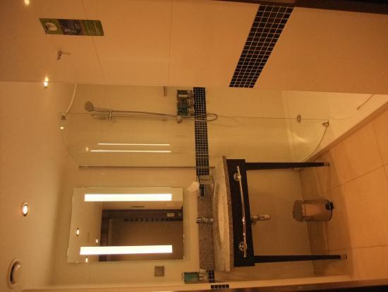 Hilton Garden Inn Hotel Krakow: とても清潔なバスルーム