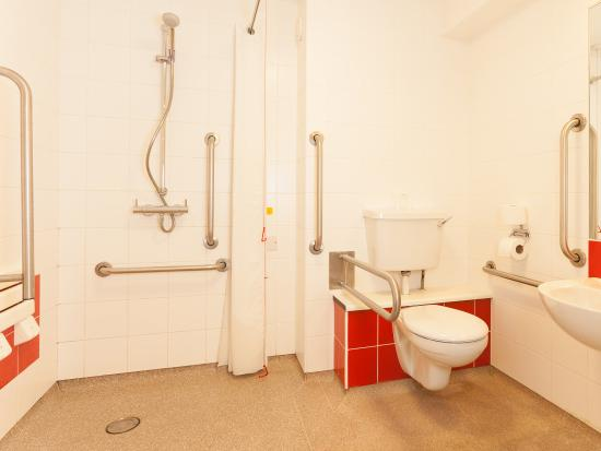 Travelodge Liverpool Stonedale Park: Accessible Bathroom