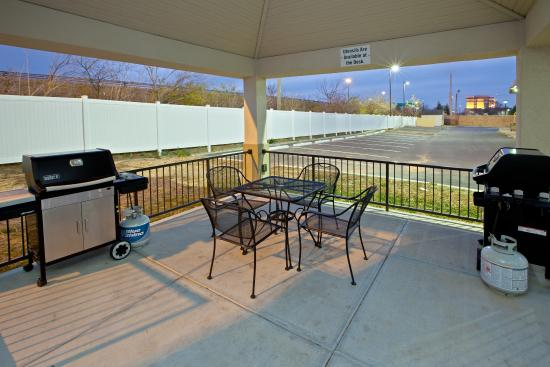 Candlewood Suites Indianapolis East: Guest Patio