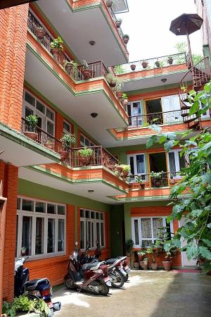 Hotel Backpackers INN : Front porch & entrance to Hotel