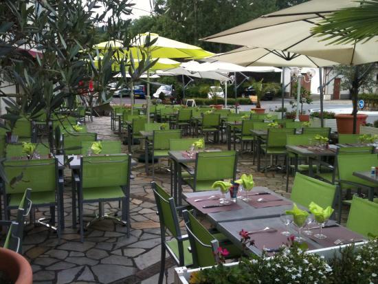 Hotel des Barrages Brommat : terrasse 80 places soirée spectacle le mercredi soir juillet aout