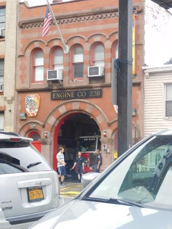 Days Inn Brooklyn: Fire station across from the hotel