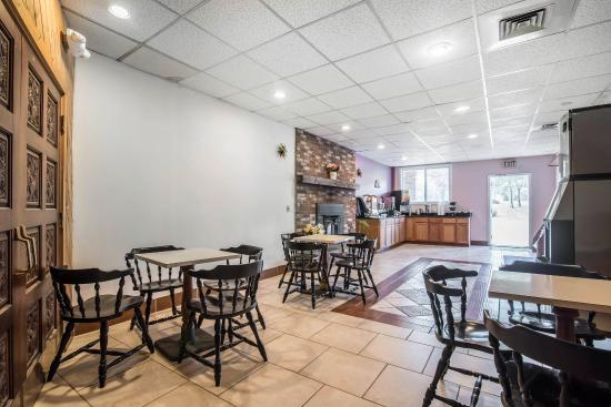 Rodeway Inn Bellows Falls: Breakfast area