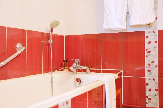 Salle de bain picture of hotel de paris paris tripadvisor for Salle de bain hotel