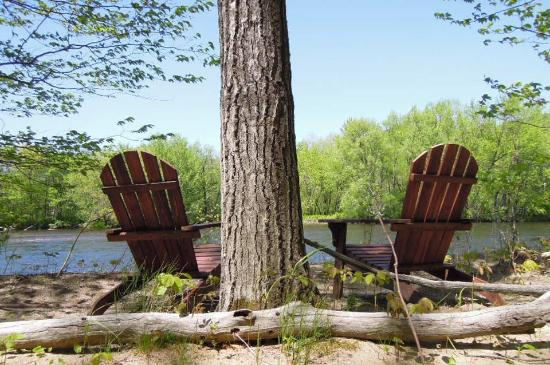 Shelburne, Nueva Hampshire: Enjoy the Adirondack chairs on the Rivers edge