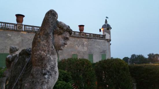 Battaglia Terme, Italia: Una terrazza del castello vista da una scalinata