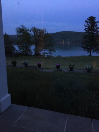 Alpine, Estado de Nueva York: Night view from the back of the house facing the lake. Gorgeous.