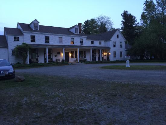 Alpine, Estado de Nueva York: Night view of the front of the house. Very 1800's looking, but renovated for all you need.