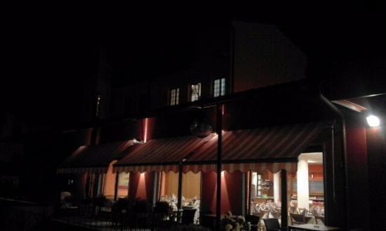 Albergo Ristorante Risorgimento: il giardino con le vetrate del ristorante