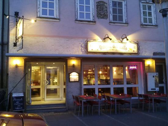 Bad Neustadt an der Saale, Alemania: Osteria del Gallo beleuchet am Abend