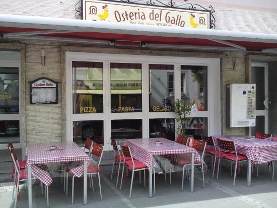 Bad Neustadt an der Saale, Alemania: Osteria del Gallo mit neue rote karo tisch decke terrazze