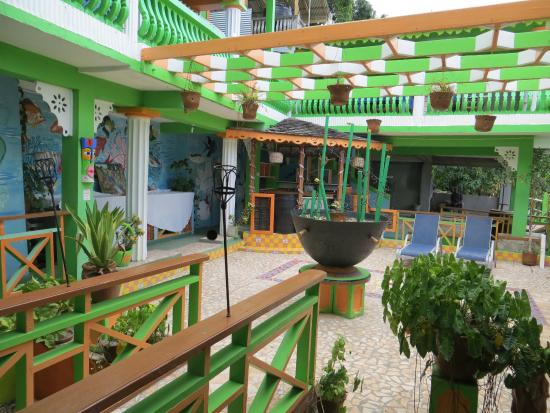 Delice Restaurant and Bar at La Haut Plantation: decoration inside area