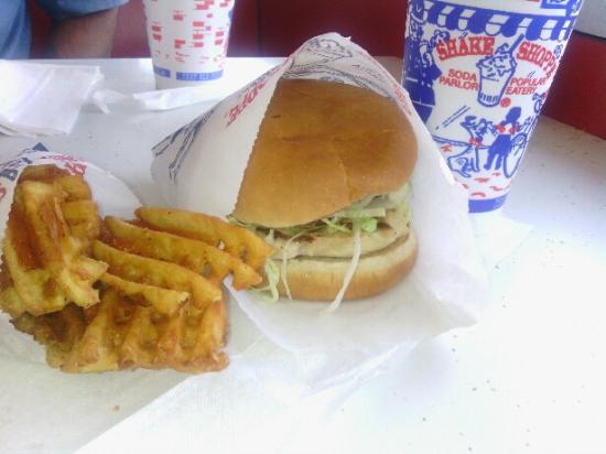 Gallipolis, Огайо: Shake Shoppe grilled chicken sandwich, waffle fries, and soda.