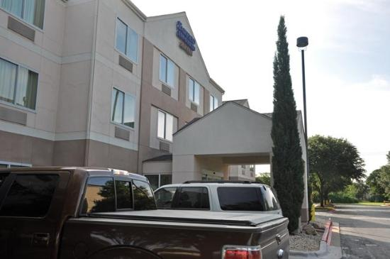 Fairfield Inn & Suites Austin South: Front of the hotel.