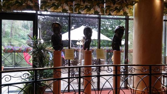 Danubius Health Spa Resort Butterfly: 早餐用餐的地方有許多藝術的擺設和裝飾品, 讓人賞心悅目