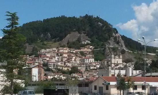 Castel di Sangro, Italie : Panoramica con Chiesa