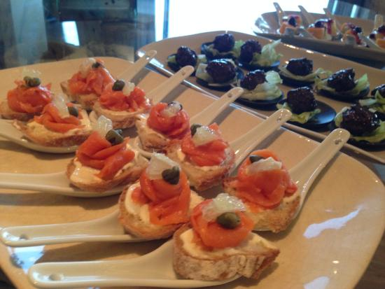 Oubaai Hotel Golf & Spa: Canapes at the lounge