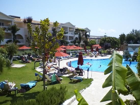 Bitzaro Grande Hotel: Pool area, always Sun beds, pool never crowded but it is or can be very cold to get into.