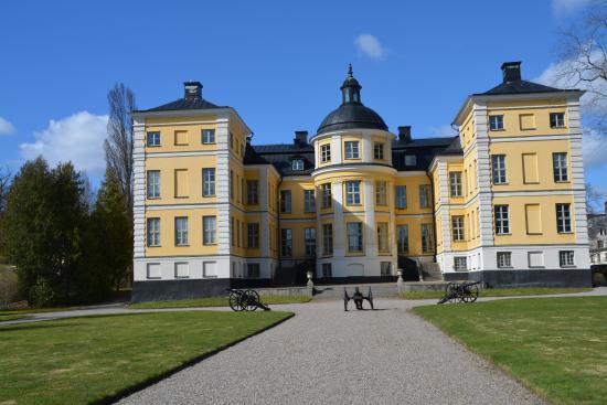 """Finspang, Sweden: Finspångs slott """"baksidan"""" med kanonerna."""