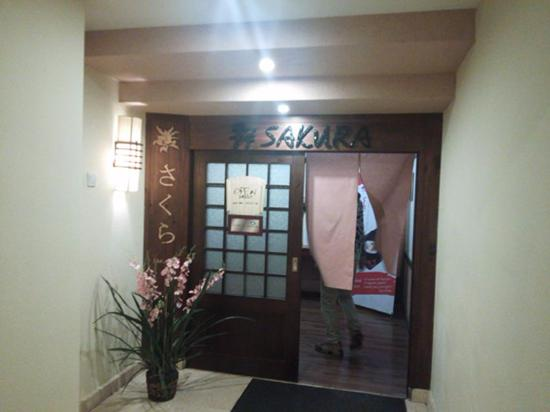 Sakura Restaurant: 中の入り口