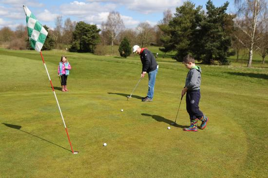 Bovingdon, UK: Family playing pitch and putt