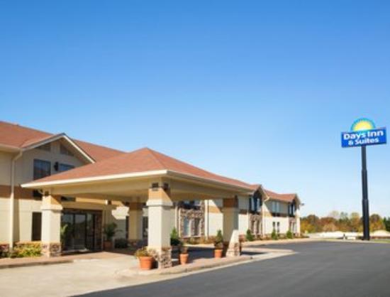 Days Inn & Suites Commerce: Front Entrance