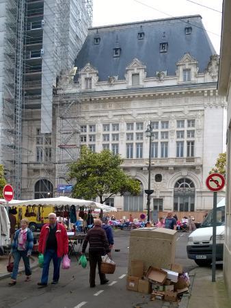 Sens, Francia: Рынок и строительные работы портят пейзаж