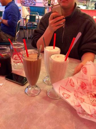 Cheeburger Cheeburger : shakes for dessert