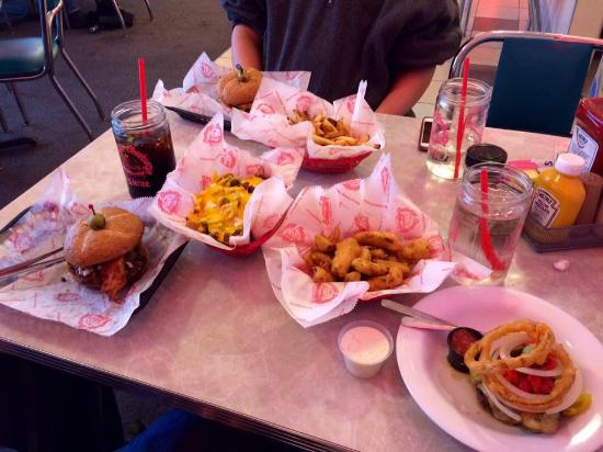 Cheeburger Cheeburger : burgers and sides