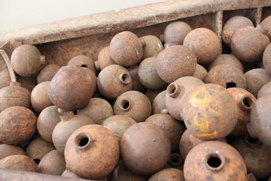 Uxo Lao: クラスター爆弾内に納められている小爆弾