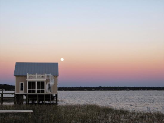 Ocklawaha, FL: View of guest house next door from beach area