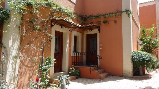 Katalagari, اليونان: Eingang zu den Suiten in der Ersten Etage