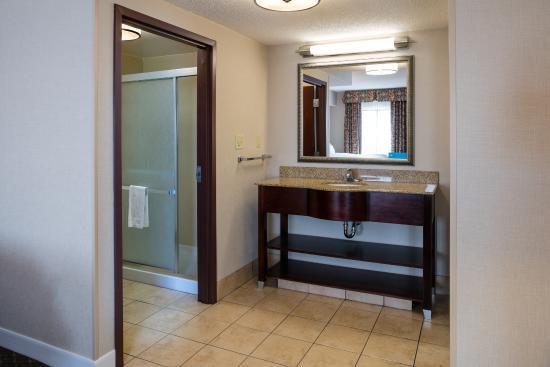 Hampton Inn & Suites Toledo-Perrysburg: Vanity Area