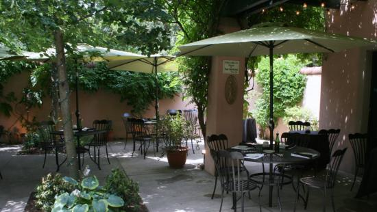 Skaneateles, Нью-Йорк: Rosalie's outdoor patio for waiting and summer happy hours complete with occasional live music