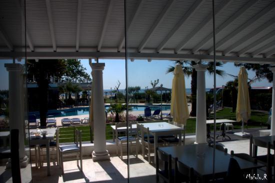 Κορινός, Ελλάδα: Dalla sala da pranzo verso la piscina.