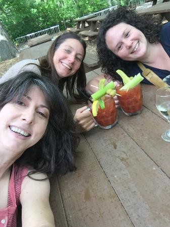 Hubbard Park Lodge: Great Bloody Mary's! And refills on White Wine!