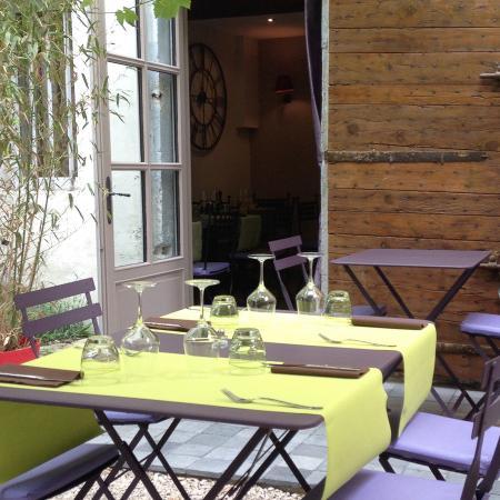 Garden picture of au jardin des carmes avignon for Au jardin review