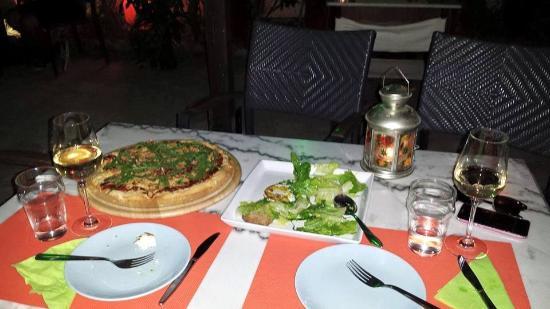 Kalamos, Griekenland: pizza and caesar salad