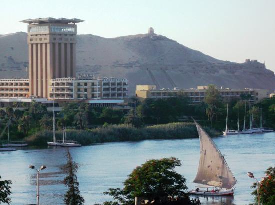 Orchida St George Hotel : Una tradicional chalupa en el río Nilo, con acercamiento