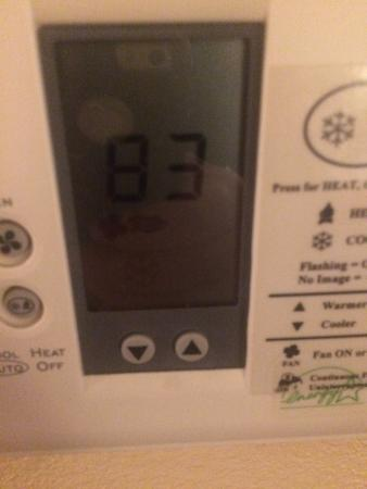 Ramada Fresno Northwest: Temp in room at 10:00 pm. Yes, the ac is on...it flashes, caught inbetween.