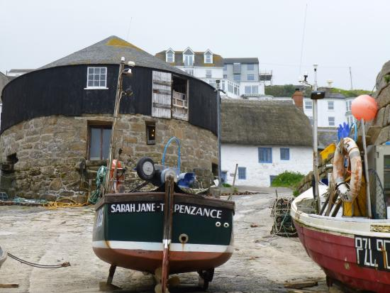 ‪‪Sennen Cove‬, UK: Capstan Gallery from the harbour in Sennen Cove.‬