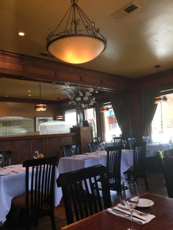 Plymouth, Califórnia: Great place for lunch after wine tasting in Amador County! On Fridays, they waive corkage fees &