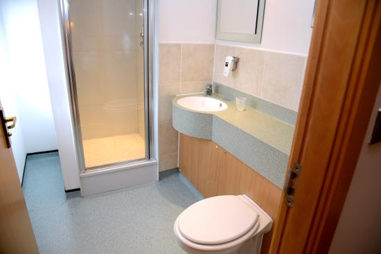 Swarkestone, UK: Bathroom with shower