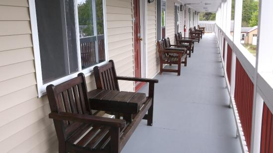 Williamstown, MA: Each room has benches outside to invite you to enjoy the fresh air.