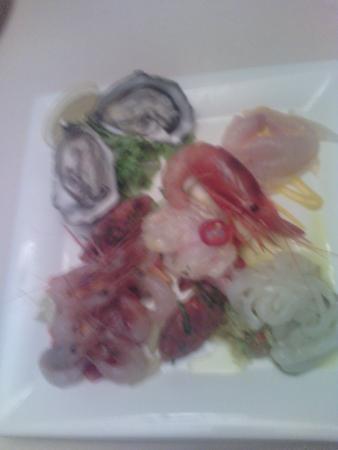 Enoteca DellOrologio : antipasto crudo di mare: ostriche filetto di orata tartare di tonno gamberetti e gamberone tutto