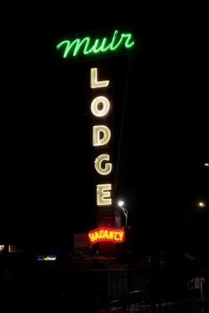 Muir Lodge Motel: wonderful neon sign out front