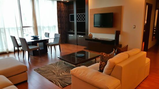 Marriott Executive Apartments Panama City, Finisterre: Living room and dining area