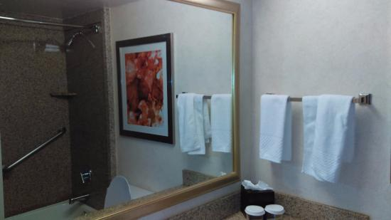 Embassy Suites by Hilton Colorado Springs : Bathroom shower/tub with shampoo, soap, lotion and glasses