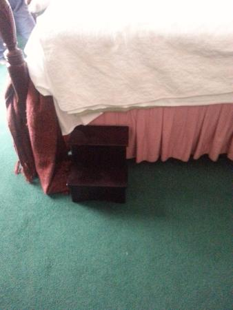 Chesterfield Inn: Step-stool to get onto bed